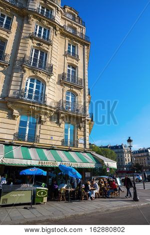 Cafe On The Ile De Cite In Paris, France