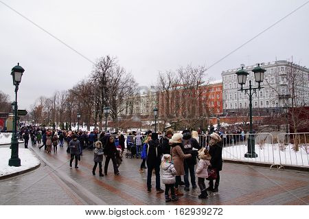 Moscow Alexander Garden, Kremlin December 24, 2016, people stand to get on New Year's show in the Kremlin.