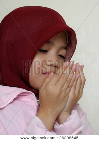 Little muslim girl recites prayers