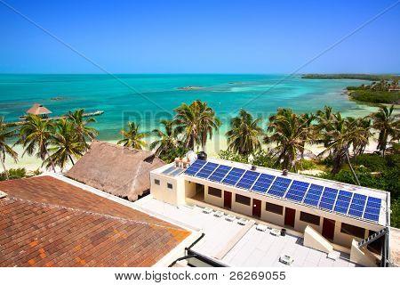 Luftbild am Strand mit einem Gebäude mit einem Solar-Panel auf der Isla Contoy, Mexiko