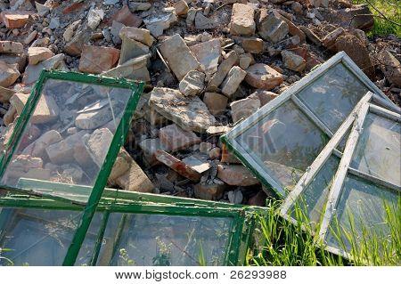 Un montón de escombros de un edificio destruido