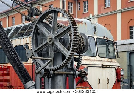19th Century Iron Crane With Chain And Winch In The Station Of Torino Ponte Mosca (italy), Repair Wo