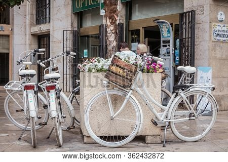 Valencia, Spain - June 16, 2017: Verrassend Valencia Rental Bicycle Parked On A Small Tourist Square