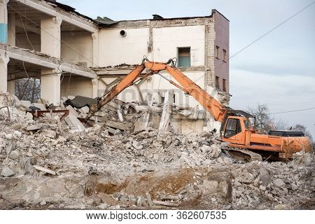 High Reach Excavator Machines For Demolition Of Tall Building. Machine With Hydraulic Shears For Dem