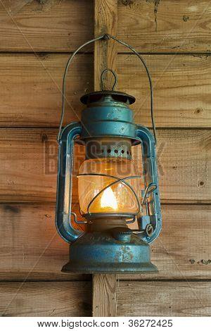 Lanterna de Rusty pendurado em um galpão