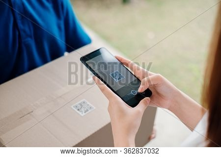 Qr Code Scaning Door To Door Delivery Express Sending Send A Package To Customer Receiver Sign With