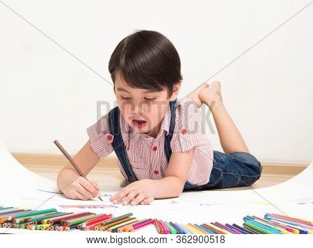 A child draws drawings with pencils