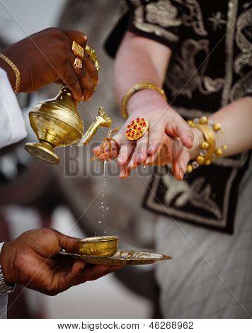 Hochzeit In Sri Lanka - rituelle Tränken Finger