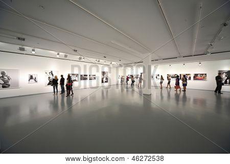Moskau - AUG 16: Menschen auf Fotoausstellung atomaren Zivilisation in der Multimedia-Kunst-Museum auf Augu
