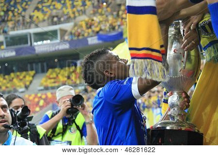 Sony Mustivar shares the cup with the fans