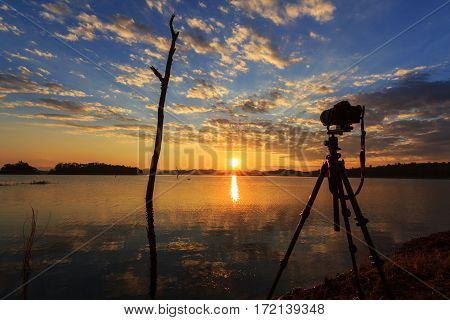 Take the photo of lake view in sunset time