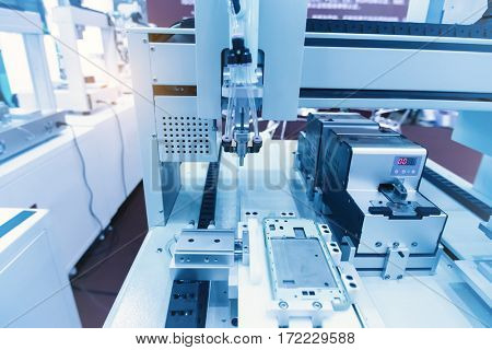 atuomatic screw feeder in cell phone assembly equipment factory.