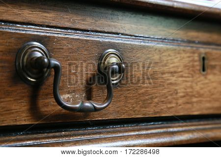 handle and a key hole and grain of wood design of the chest