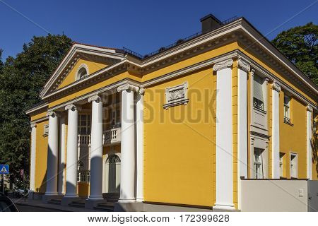The civil registry office building is located at Mandelstrasse close to the English Garden and it is one of the famous wedding places in Munich