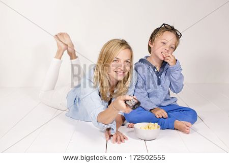 Mutter Und Kind Sehen Fern