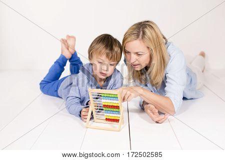 Mutter Lernt Mit Sohn Rechnen
