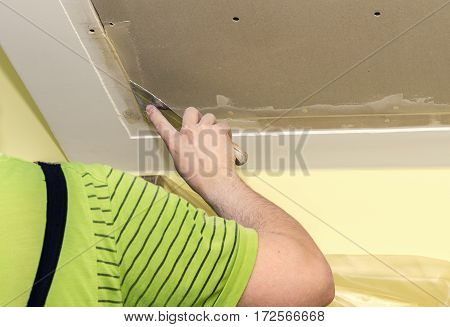Builder embeds the joints drywall putty, close-up