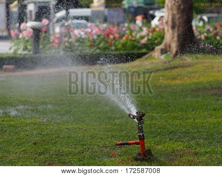 The sprinkler system is Squeeze the water injection line and a centrifuge around the trees, vegetable garden. Or injections to help reduce hot temperatures that are cool.