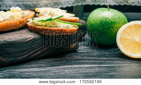 Sandwiches of bran bread with cottage cheese, apple and lemon