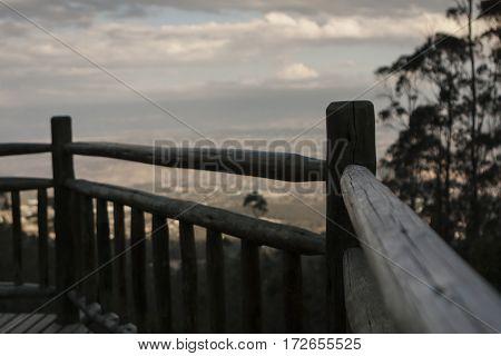 Mirador de madera al atardecer frente a valle