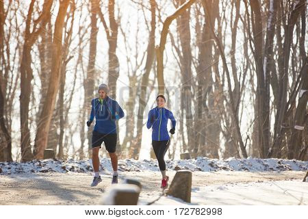 Two person jogging in nature in the winter
