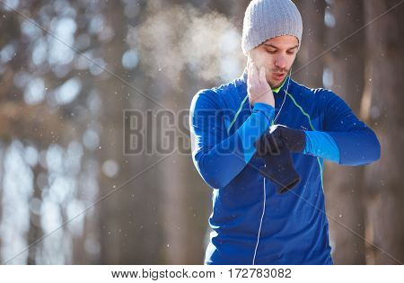 Sportsman control heart beats on cardio training in nature