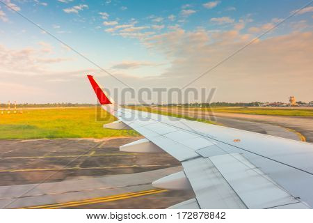 Wing while breaking during landing on runway
