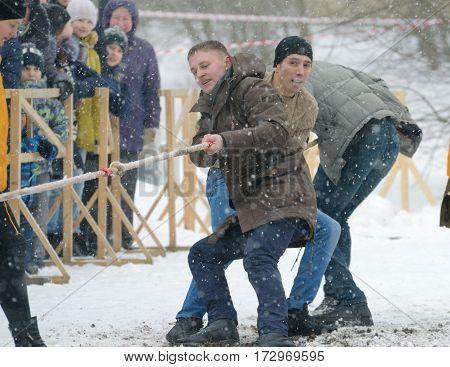 23.02.2017.Russia.Saint-Petersburg.Youth fun in dragging the rope between the teams.