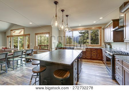 Luxurious Open Plan Kitchen Design With Large Center Island