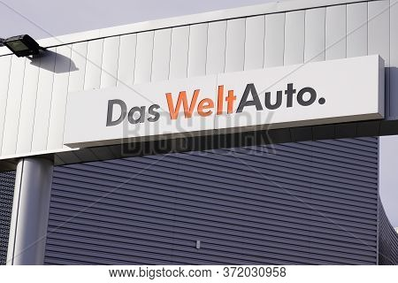Bordeaux , Aquitaine / France - 10 27 2019 : Das Weltauto Sign Store Means Used Car World In Volkswa