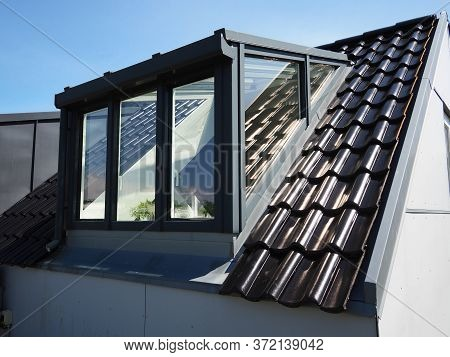 Modern Design Vertical Roof Window With White Light Metal Covering