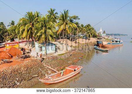 Morrelganj, Bangladesh - November 19, 2016: Several Boats On Pangunchi River In Morrelganj Village,