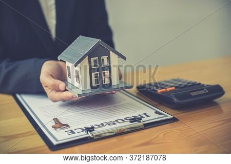 Real estate agent holds the keys to send to the client and offers the conditions for signing the hou