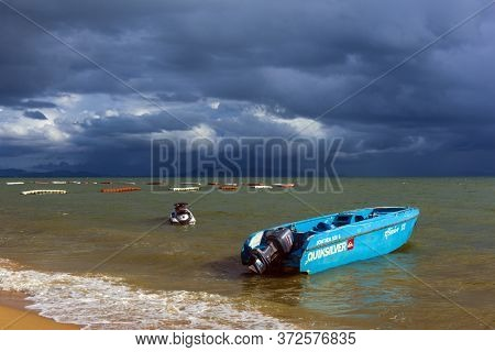 Thailand, Pattaya, 24,06,2017 Storm Sky Over The Sea And Boat In The Water