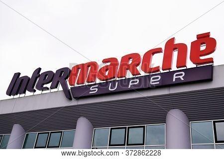 Bordeaux , Aquitaine / France - 03 11 2020 : Intermarche Super Brand Super Intermarché Logo Sign Sto
