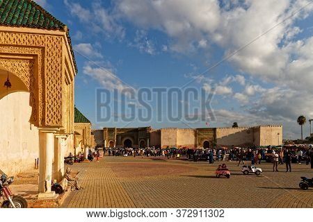 Meknes, Morocco. Okt 17, 2018. Trade In El Hedim Square And Bab Mansour Gate In Meknes, Morocco. Men
