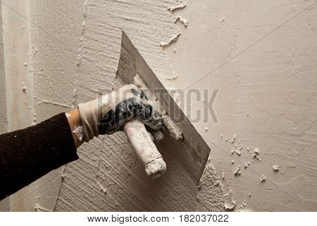 Renovation Of The House, The Slide Master White Mixture To The Wall, With A Trowel