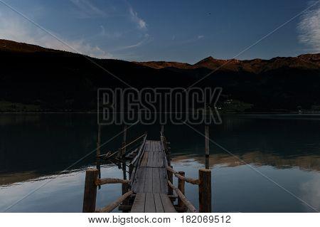 Pontile sul lago a Curon Venosta (lago di Resia) Trentino Alto Adige