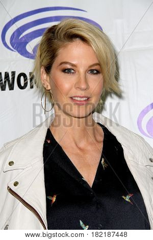 Jenna Elfman arrives at the 2017 Wondercon press room for
