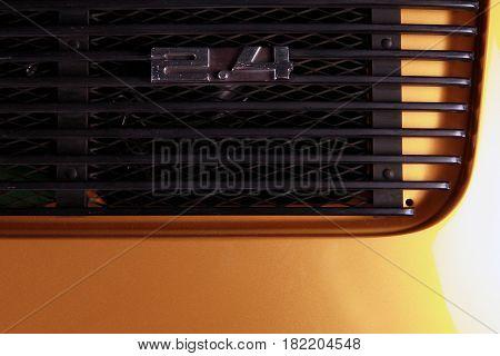 Deutscher Sportwagen in gold in einer Nahaufnahme