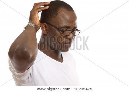 Muy contento celebrando hombre afroamericano en fondo blanco