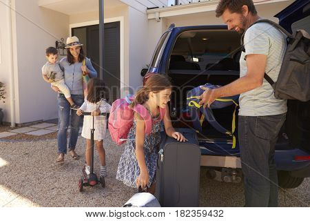 Family Packing Car Ready For Summer Vacation