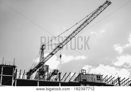 Construction of a multi-storey building with a construction crane