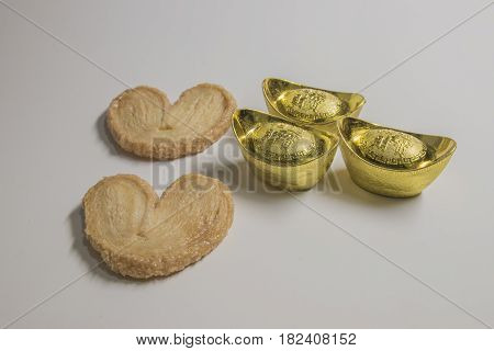 Chinese gold ingots and a heart-shaped white background Translation in English meaning lucky and richly