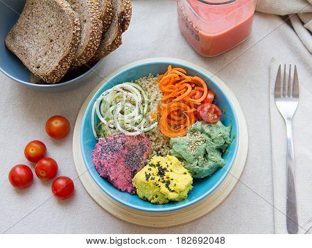 Hummus de diferentes sabores con quinoa y spaghettis de calabacín y zanahoria