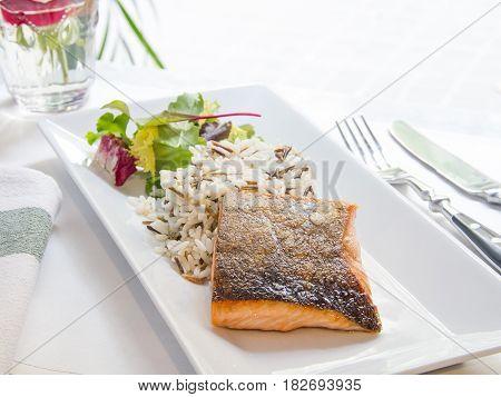 salmón noruego a la plancha con arroz salvaje. Norwegian grilled salmon with wild rice