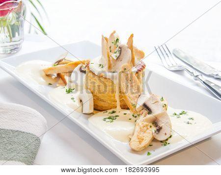 Volovan de pollo, champiñones y queso crema. Chicken, mushroom and cream cheese volovan