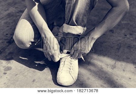 Man tries to tie his shoelaces