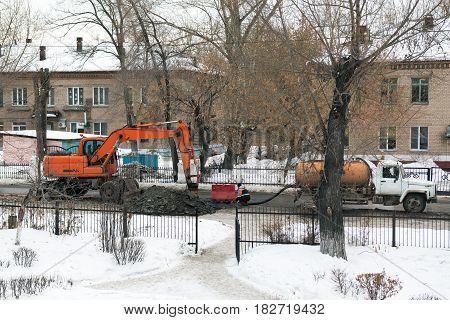Workers repair the water pipe in the street