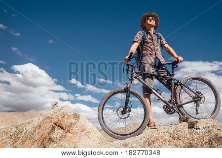 Mountain biker in the indian Hymalayas .